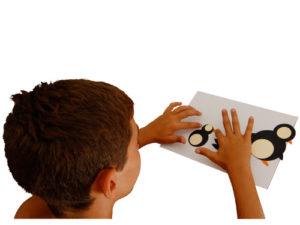 bimbo gioca e crea con i cartoni animali